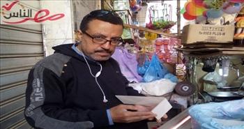 عم علي.. فنان يبيع البهجة في الإسكندرية