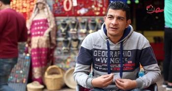 بالفيديو.. شاب مصري يروج فكرة التصوير بملابس تراثية في شارع المعز